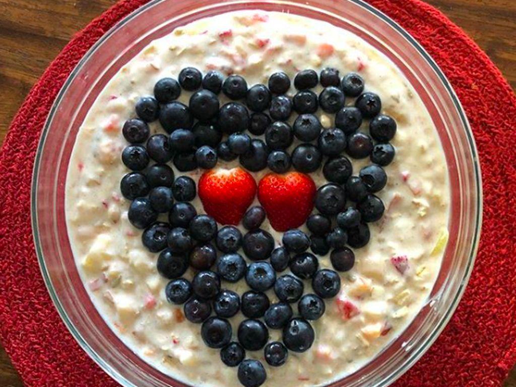 Cantik ya muesli buatan Preity? Ia menghiasnya dengan susunan blueberry dan strawberry berbentuk hati di atasnya.Foto: Instagram realpz