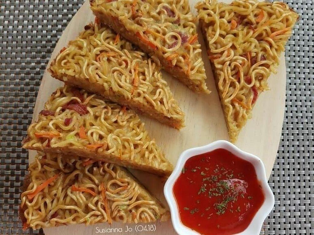 Diberi irisan wortel lalu digoreng hingga garing, omelet mie buatan Susiana Jo ini terlihat sangat menggoda. Apalagi dengan adanya semangkuk kecil saus sambal. Foto: Instagram