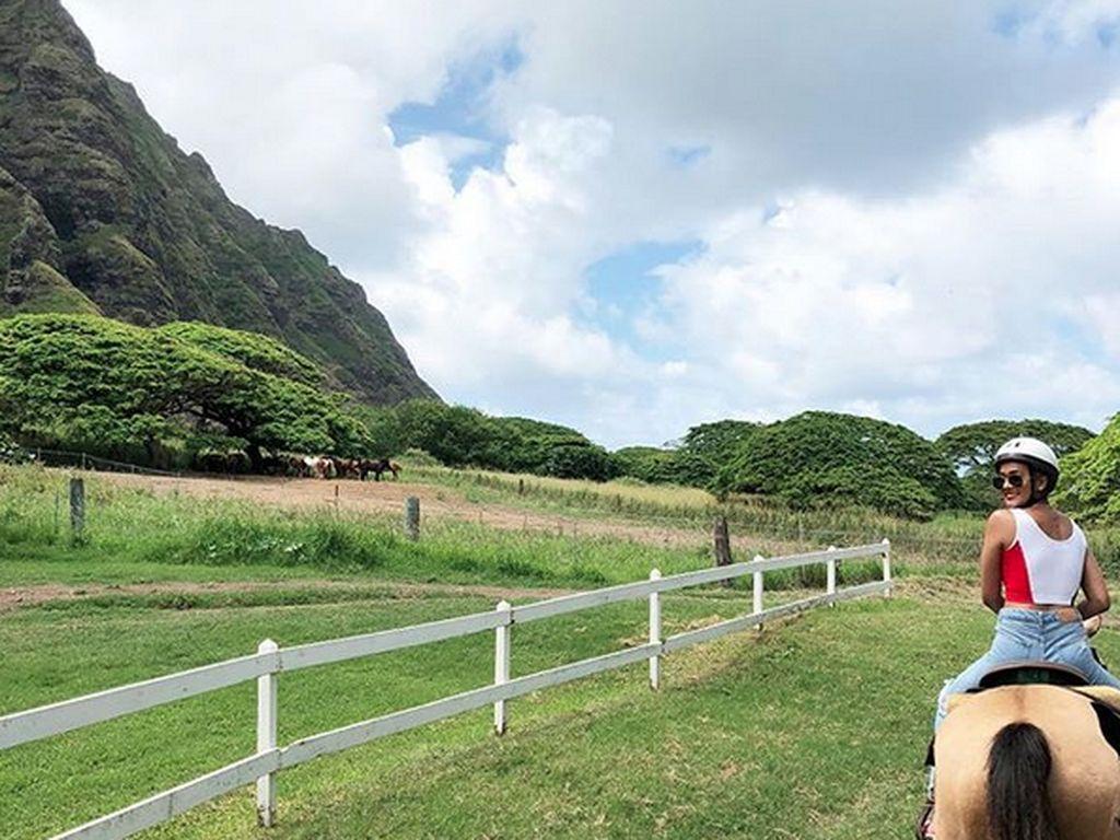 Dari atas kuda, ia menikmati pemandangan yang indah. Foto: Instagram Kimmy Jayanti