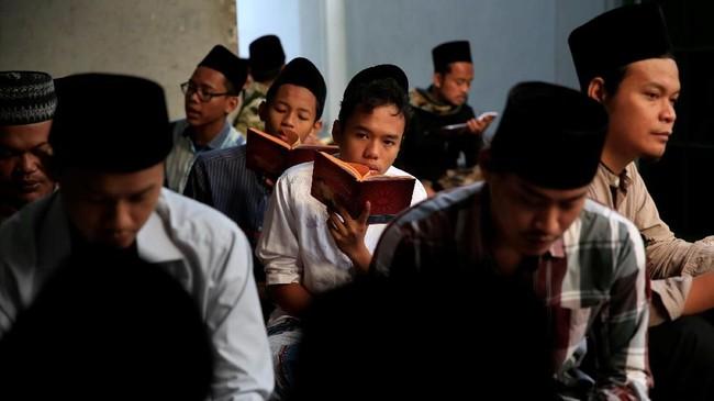 Pada bulan penuh berkah itu, mereka lebih mendalami dan mengaplikasikan Alquran. (REUTERS/Beawiharta)