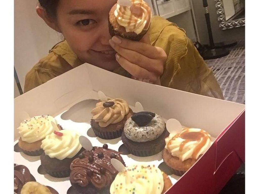 Duh cantiknya! Berfoto dengan aneka cupcake di hadapannya. Hayo, kalau kamu suka yang mana? Foto: Instagram @illusomina