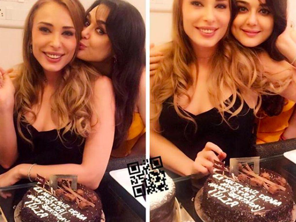 Preity sedang merayakan ulang tahun temannya. Momen ini makin lengkap dengan kehadiran cake cokelat.Foto: Instagram realpz