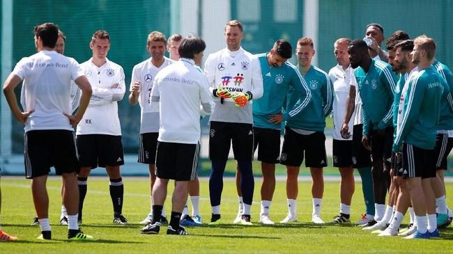 Skuat timnas Jerman mendapat arahan dari pelatih Joachim Loew jelang sesi latihan pertama di Vatutinki CSKA Sports Center, Moskow,Rabu (13/6).(REUTERS/Axel Schmidt)