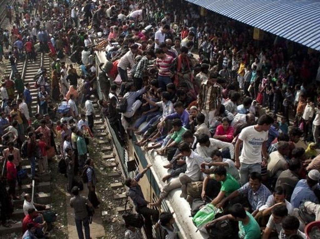 Ratusan bahkan ribuan stasiun dipenuhi manusia. (Foto: Reuters)