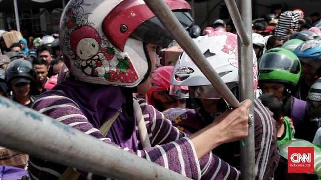 Dalam satu kali pendaftaran, seseorang bisa mendaftarkan empat anggota keluarganya untuk mudik gratis tersebut. (CNN Indonesia/Andry Novelino)
