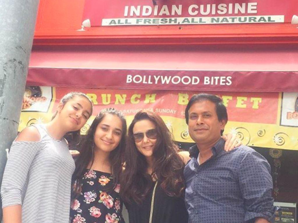 Preity sedang mengobati kerinduannya akan masakan India. Ia berfoto di depan sebuah restoran India di Los Angeles.Foto: Instagram realpz