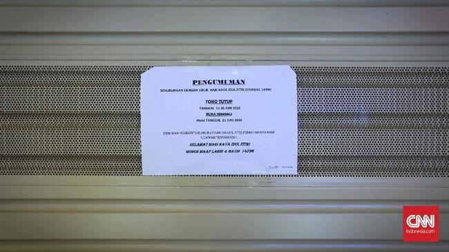 Sejumlah toko telah menutup tokonya, memasang pengumuman resmi kembali usai Idul Fitri. Penutupan toko ini mengakomodir para pegawai yang pulang mudik merayakan hari kemenangan di kampung. (CNNIndonesia/Safir Makki)