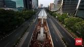 Jalanan terlihat kosong di Jalan Rasuna Said Kuningan, Jakarta, Rabu (13/6) atau H-2 lebaran. Pada hari biasa, kawasan yang sedikit menyempit karena ada proyek pembangunan LRT ini acap kali dipadati kendaraan. Kali ini jalanan lengang. CNNIndonesia/Safir Makki