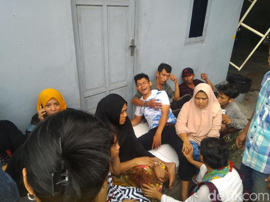 Kapal tradisional yang mengangkut puluhan penumpang di Makassar tenggelam. Sebanyak 13 orang tewas dalam insiden ini. Kapal ini ternyata milik pribadi dan para penumpang tidak menggunakan pelampung. (Taufik-detikcom)