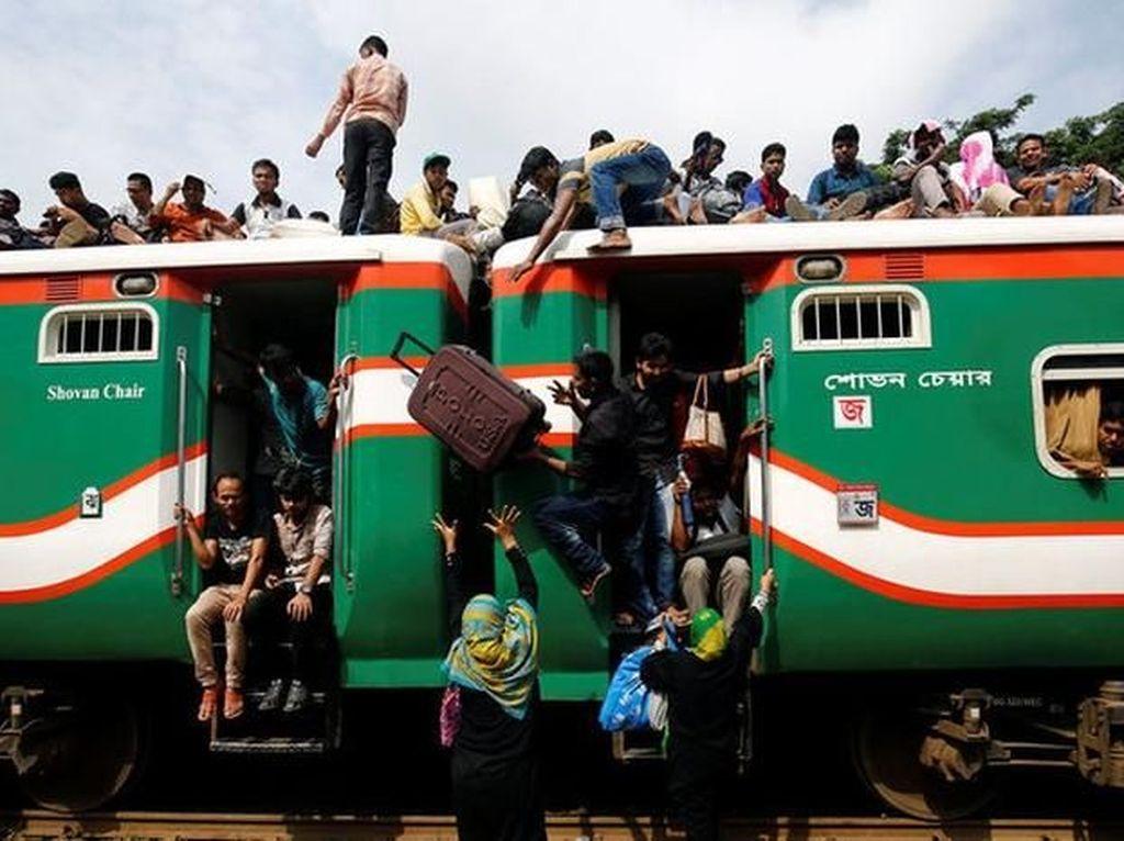 Sistem transportasi yang kurang baik membuat penumpang saling berdesakan. (Foto: Reuters)