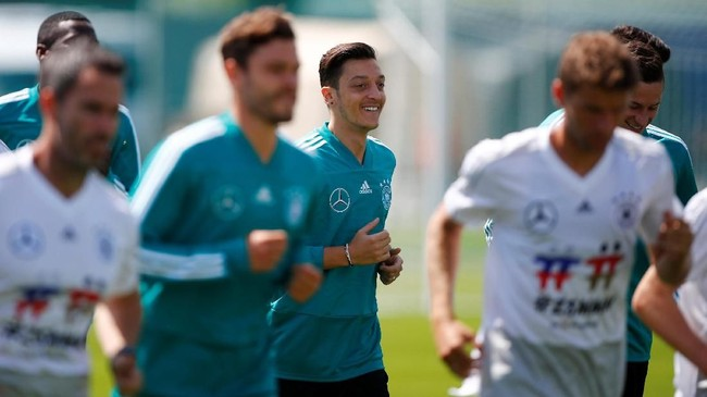 Gelandang timnas Jerman Mesut Oezilberlatih dengan gembiradi Vatutinki CSKA Sports Center, Moskow. Kreativitas Oezil sangat dibutuhkan timnas Jerman di Piala Dunia 2018. (REUTERS/Axel Schmidt)