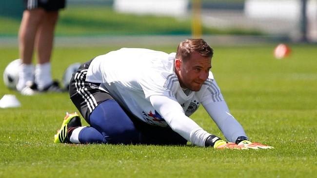 Kiper timnas Jerman Manuel Neuer tengah melakukan peregangan. Meski baru pulih dari cedera panjang, Neuer tetap diplot sebagai kapten dan juga kiper utama Die Mannschaft di Piala Dunia 2018. (REUTERS/Axel Schmidt)