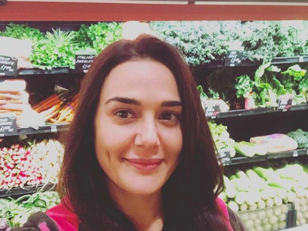"""""""Hidup jadi lebih menyenangkan dan sehat saat kamu menikmati hal sederhana seperti belanja makanan!,"""" kata Preity. Ia nampak selfie di depan jejeran rak sayuran di supermarket. Foto: Instagram realpz"""