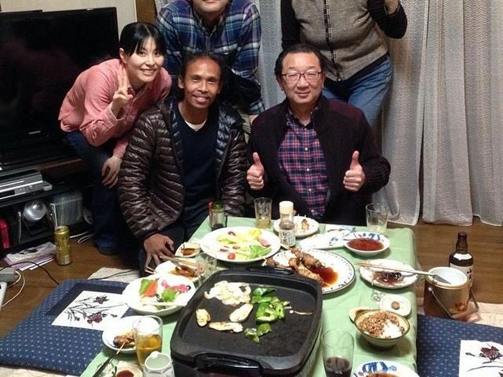 Begini gaya Yayan saat makan malam bersama sebuah keluarga di Jepang empat tahun lalau. Kira kira sedang apa ya ia di sana? Foto: Instagram yayanruhian