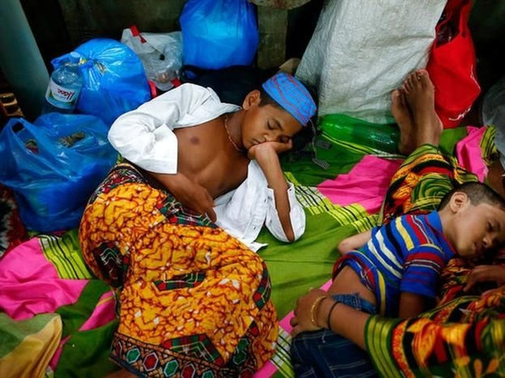 Anak-anak tampak lelah dan tertidur pulas. (Foto: Reuters)