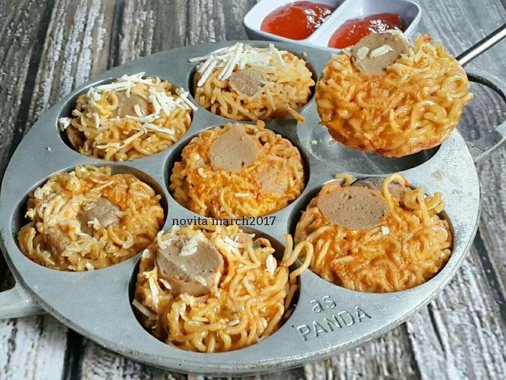 Si kecil pasti suka kalau diberi menu sahur ini. Omelet mienya dibuat dalam cetakan muffin. Kemudian diberi topping sosis dan parutan keju. Mantap! Foto: Instagram novita._.sari