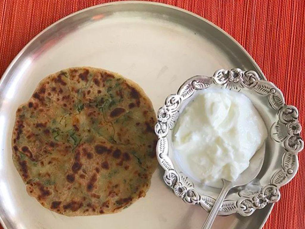 """""""Perfect Sunday breakfast,"""" kata Preity yang memberi tagar alooparantha & dahi untuk sajian ini. Kelihatan enak dan sehat ya! Foto: Instagram realpz"""