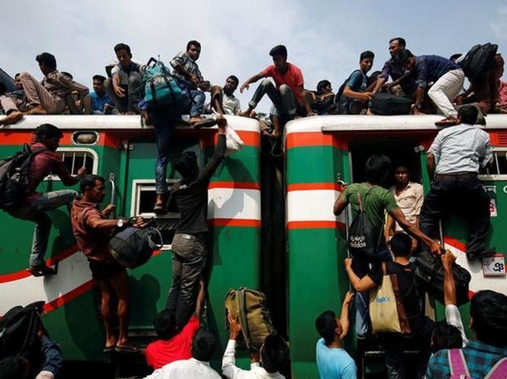 Mereka rela mengambil risiko besar demi mudik ke kampung halaman. (Foto: Reuters)