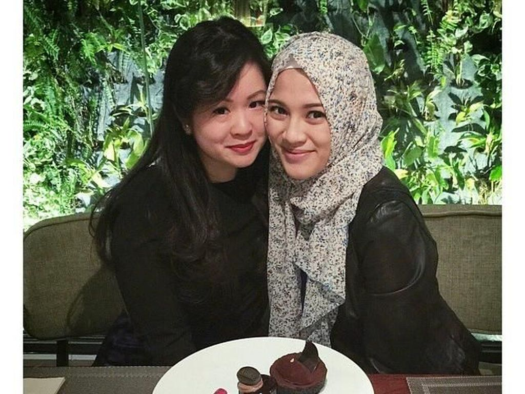 Rayakan persahabatan dengan teman terdekatnya selama bertahun-tahun, Alyssa dan sang sahabat kompak memesan aneka kue manis sebagai teman berbincang mereka. Foto: Instagram @ichasoebandono