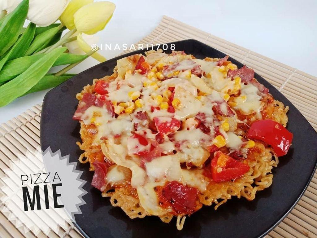 Wah, omelet buatan akun @inasari1708 ini mirip dengan pizza! Ia menambahkan topping irisan tomat, jagung, dan keju mozarella. Jadi mau! Foto: Instagram
