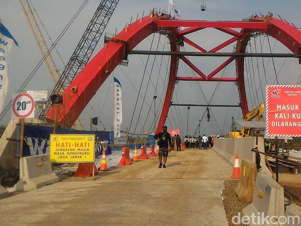 Jembatan Kalikuto di jalur tol fungsional Batang-Semarang dibuka satu lajur. Arus lalu lintas menjelang jembatan ini terlihat macet. Penyebab antrean itu karena kendaraan pemudik yang berasal dari lebih satu lajur tol fungsional harus bergantian melintasi jembatan yang baru dibuka satu lajur saja. Kendaraan pun harus memperlambat lajunya. (Foto: Roby Bernadi - detikcom)
