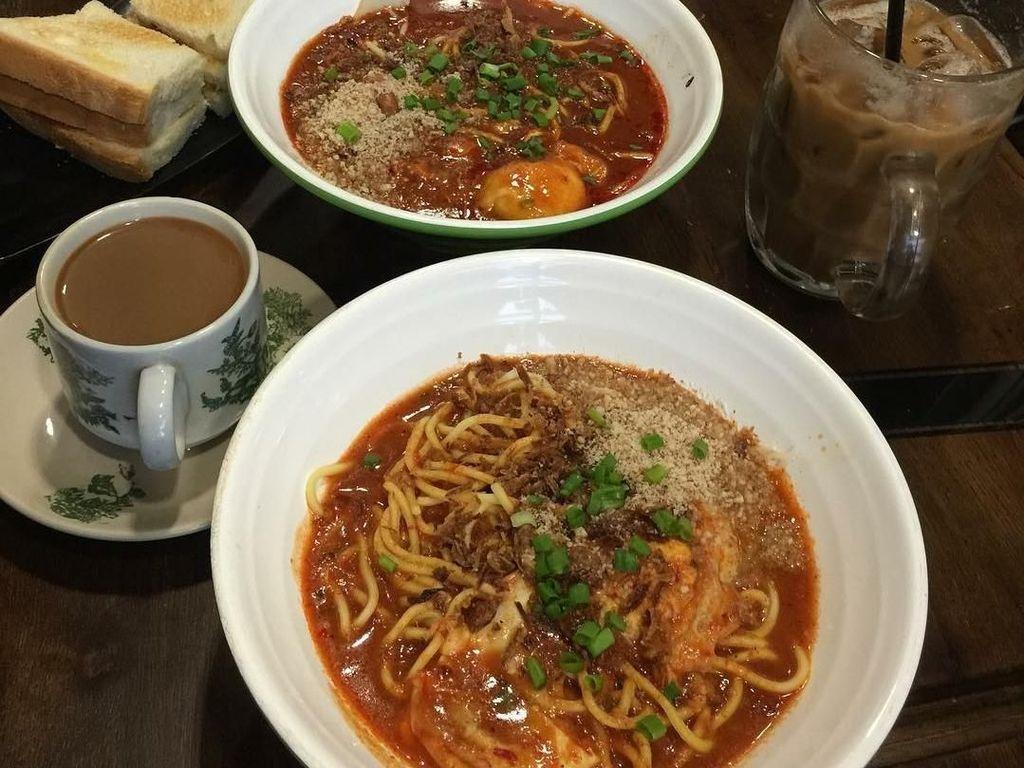 Walau bukan mie Bandung, sajian mie yang ia lahap di Kuala Lumpur, Malaysia ini ia sebut sebagai Judulnya nyobain mie Bandung. Foto: Instagram yayanruhian