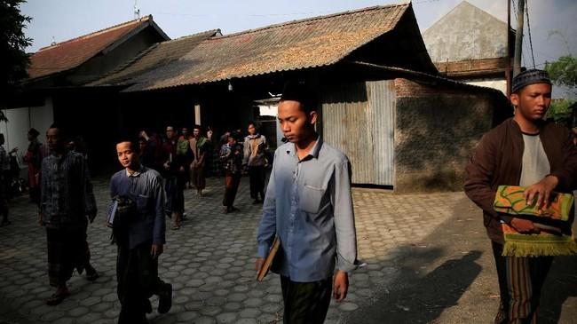 Di Lirboyo, Jawa Timur para santri tak sekadar menahan lapar, haus dan hawa nafsu saat Ramadan. Murid-murid salah satu pesantren tertua di Indonesia itu juga belajar agama. (REUTERS/Beawiharta)
