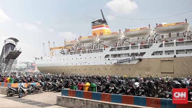 Jumlah keseluruhan penumpang arus pemudik yang sudah check-in pada Rabu (13/6) sampai pukul 14.00 WIB, melalui terminal penumpang pelabuhan Tanjung Priok, tercatat 9.245 penumpang dan 4.103 sepeda Motor. (CNN Indonesia/Andry Novelino)