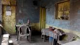 Perabotan masak di dapur yang tertutup abu, lembaran-lembaran Alkitab yang tercecer terbawa abu panas, serta hewan ternak yang tergeletak mati di halaman rumah menjadi gambaran San Miguel Los Lates saat ini. (REUTERS/Carlos Jasso)