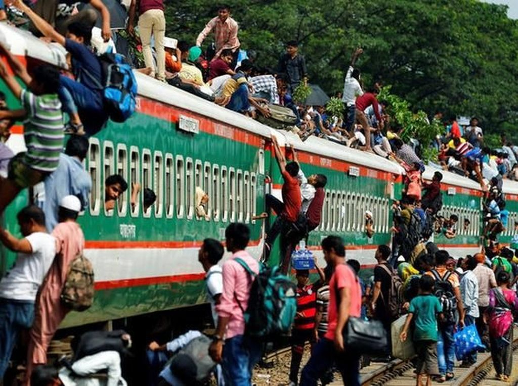 Potret orang-orang yang akan pulang kampung ini diambil pada tahun lalu di sebuah stasiun kereta api di Dhaka, Bangladesh. (Foto: Reuters)