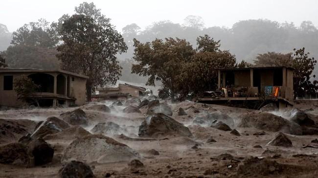 Bebatuan vulkanis tersebar di area yang terkubur erupsi gunung berapi Fuego. Bencana gunung berapi itu terlambat diantisipasi oleh pemerintah Guatemala sehingga menyebabkan 110 tewas dan ribuan kehilangan rumah. Lebih dari 200 orang lainnya hingga saat ini belum ditemukan. (REUTERS/Carlos Jasso)