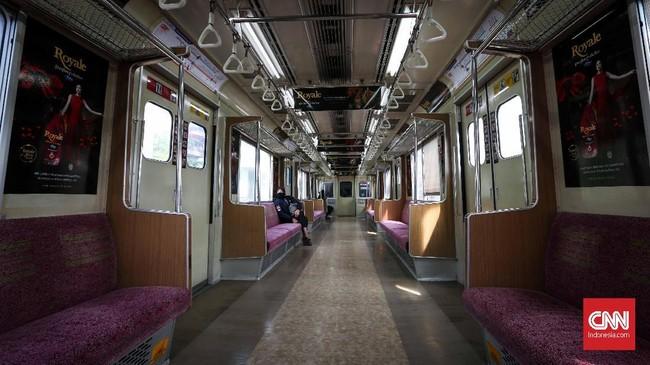 Bukan hanya jalanan, kereta commuterline jurusan Depok-Jakarta Kota juga sepi. Kursi-kursi kosong menunjukkan kekontrasan dari hari-hari biasanya ketika para penumpang nyaris tak diberi ruang untuk bernapas. (CNNIndonesia/Safir Makki)