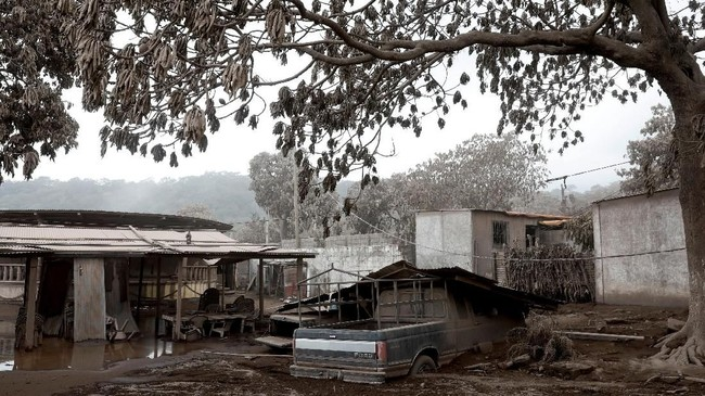 Di tengah gemuruh suara gunung berapi yang bersiap-siap memuntahkan isi perut, banyak dari penduduk kota lebih memilih untuk tak mengungsi, berharap dewi keberuntungan yang menyertai mereka selama beberapa dekade akan melindungi. (REUTERS/Carlos Jasso)