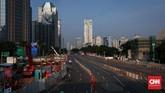 Jalan Sudirman yang biasanya ramai dan cenderung padat pun sangat lancar saat libur cuti bersama ini. Riuh aktifitas proyek pembangunan MRT pun berhenti sementara. (CNNIndonesia/Safir Makki)