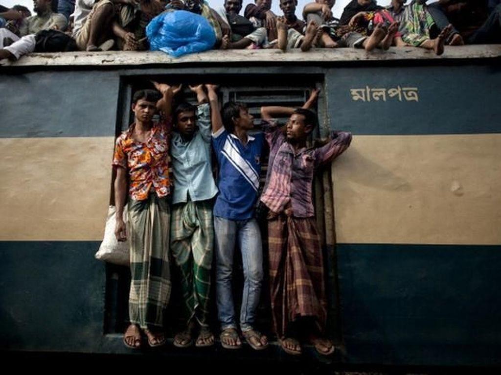Kalau ini foto yang sudah agak lama saat penduduk merayakan Idul Adha dan kembali ke kampung halaman. (Foto: Reuters)