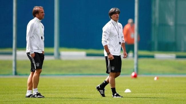 Pelatih timnas Jerman Joachim Loew dan asisten pelatih Thomas Schneider memantau kondisi tempat latihan timnya di Vatutinki CSKA Sports Center, Moskow. Ini merupakan latihan pertama timnas Jerman di Rusia. (REUTERS/Axel Schmidt)