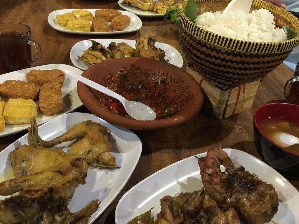Ini dia menu buka puasa pria berusia 49 tahun saat Ramadan tahun lalu. Ada dua bakul nasi pulen dengan beberapa potong ayam goreng dan sambal yang menggoda. Foto: Instagram yayanruhian