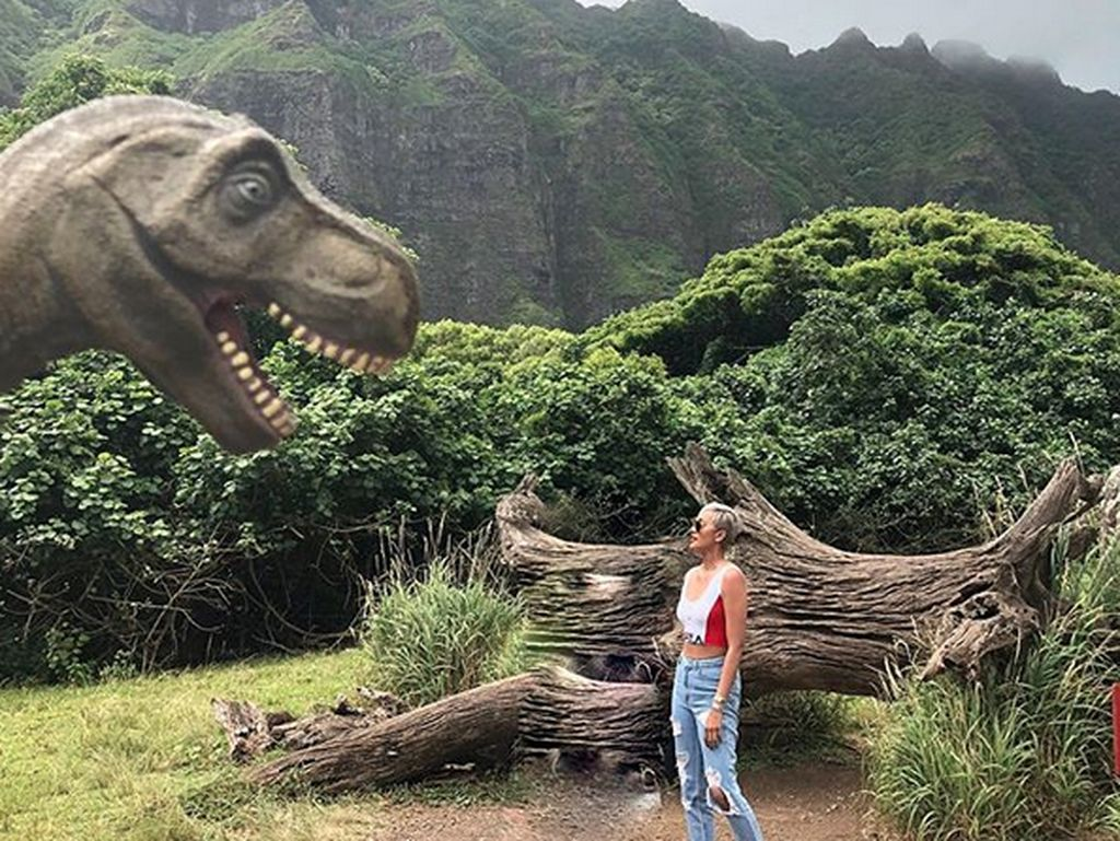 Kimmy Jayanti berfoto bersama patung dinosaurus. Foto: Instagram Kimmy Jayanti
