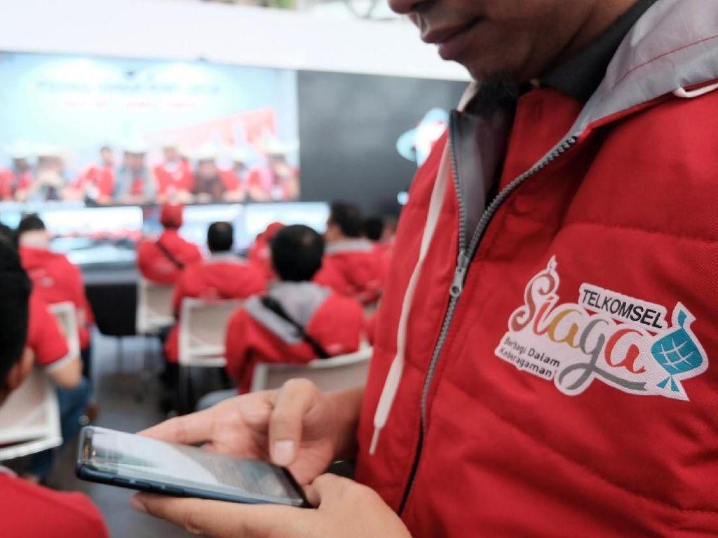 Telkomsel juga memastikan kesiapan seluruh tim untuk memastikan operasional layanan tetap berjalan normal dalam menyambut momen mudik dan libur pasca Idul Fitri agar pelanggan tetap berkomunikasi dengan baik dan lancar, khususnya ketika mengabadikan momen kebersamaan tersebut dengan mengakses layanan social media dan instant messaging. Foto: dok. Telkomsel
