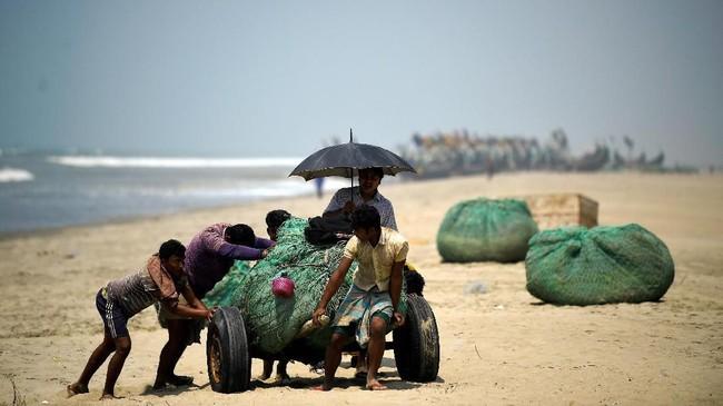 Mohammed Yosuf, 20 tahun, yang bekerja sebagai nelayan berpenghasilan sekitar 200-300 taka atau sekitar Rp33-Rp49 ribu setiap menempuh perjalanan lima hari. (REUTERS/Clodagh Kilcoyne)