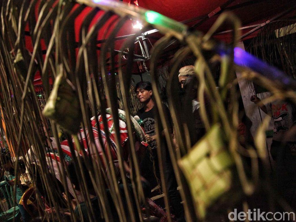 Ornamen khas Idul Fitri seperti ketupat semakin meramaikan lokasi malam takbiran.