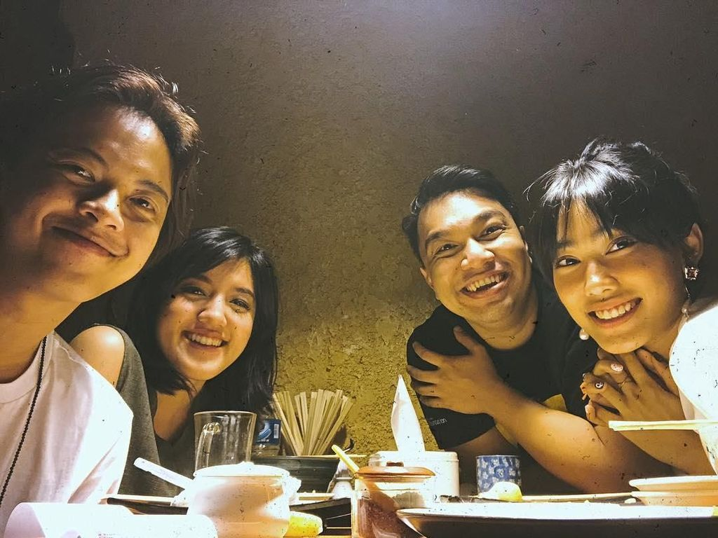 Disela-sela kesibukannya, Bisma masih sering lho makan malam dengan sahabat-sahabat terdekatnya. Ini pose keseruan mereka saat ngumpul bersama. Foto: Instagram @sibisma