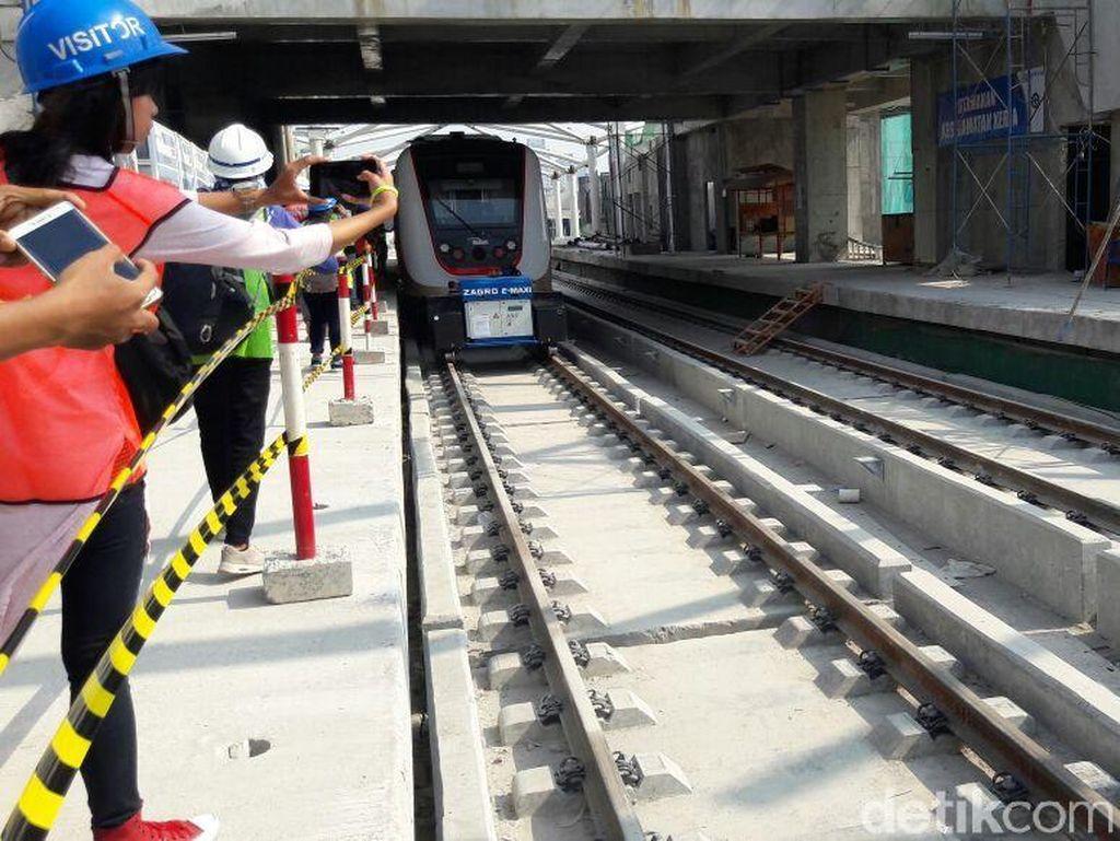 Saat ini, proyek LRT fase I ini telah mencapai 74%. Sandiaga mengatakan, sudah ada dua gerbong yang telah diuji statis dan dicek kelengkapan serta uji dinamis.