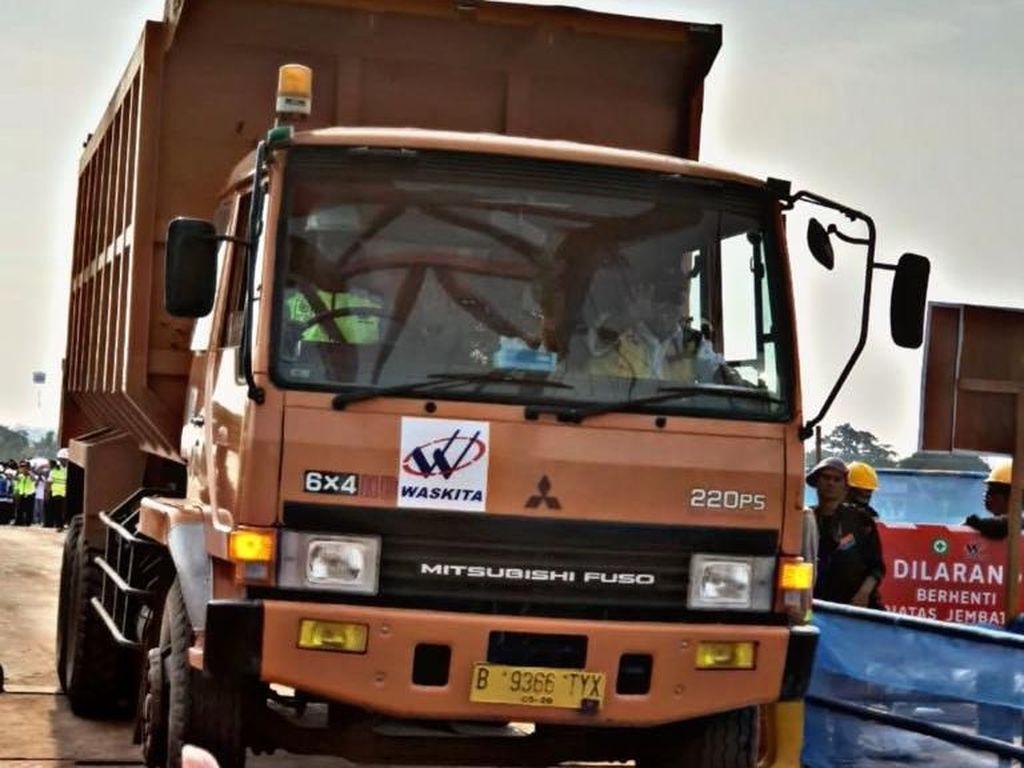 Untuk mengetahui kekuatan jembatan, Basuki menaiki sebuah dump truck dengan bobot 16 ton melintasi jembatan.