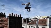 Di kota Paris, Perancis, Johan Tonnoir berlatih Parkour, sebuah metode olahraga melewati rintangan-rintangan yang dikembangkan dari latihan militer
