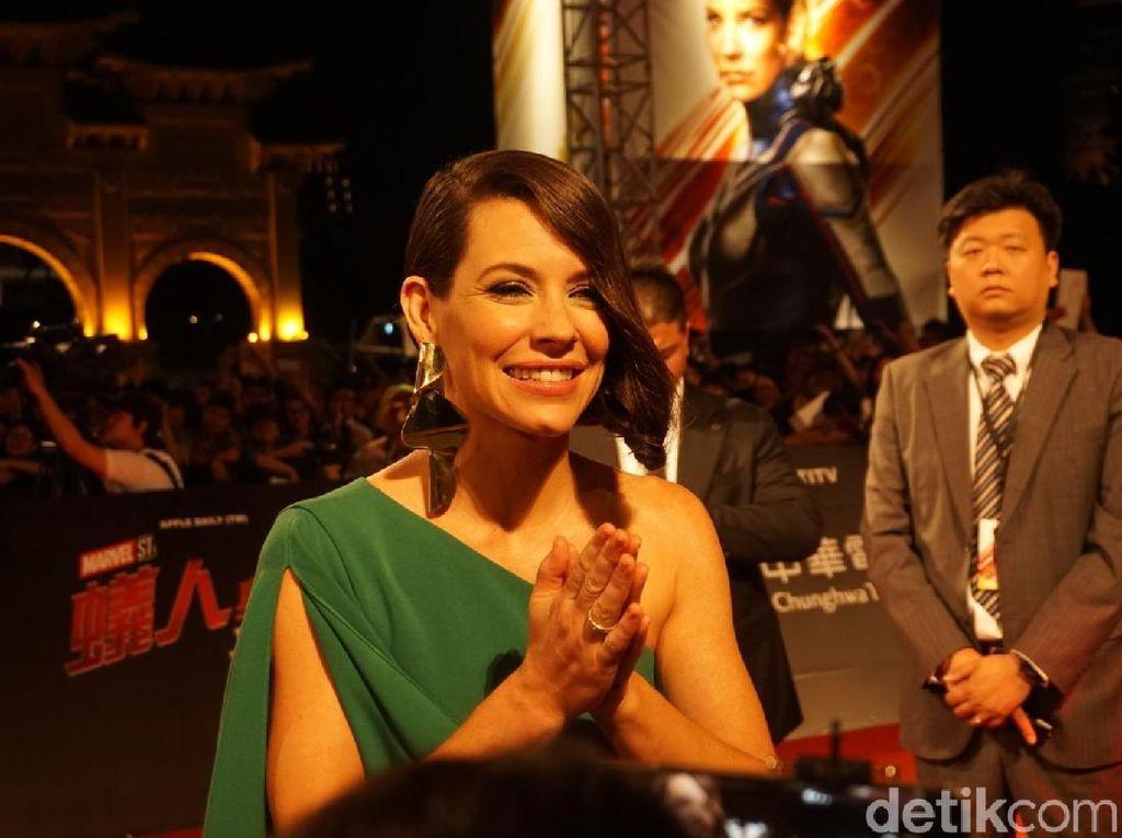 Ada pula Evangeline Lilly yang tampil anggun bergaun hijau. Foto: (Saras/detikhot)
