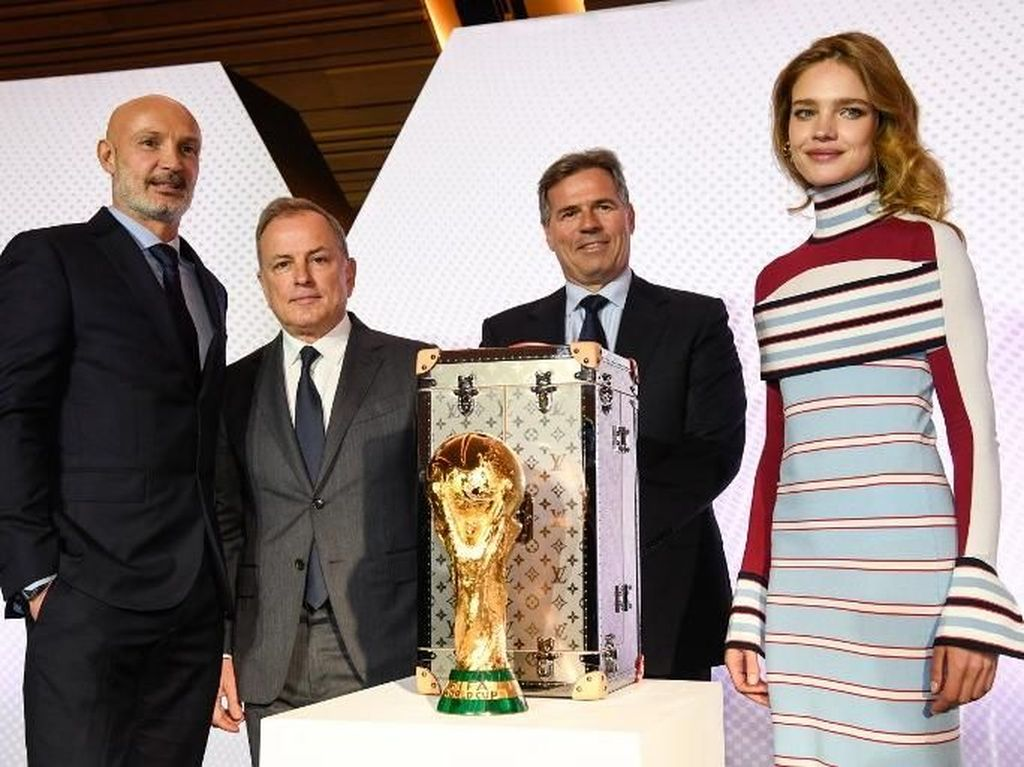 Natalia Vodianova bersama Frank Leboeuf dan CEO Louis Vuitton, Michael Burke, FIFA chief Commercial officer Philippe le Floch. (BERTRAND GUAY/AFP)