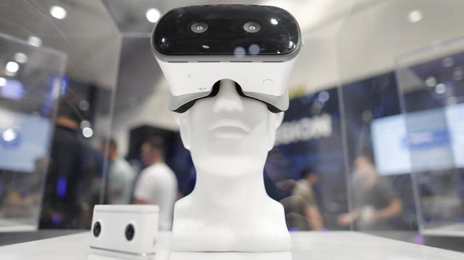 Kacamata VR salah satu perangkat gim yang dipamerkan dalam gelaran E3. (REUTERS/Mike Blake)