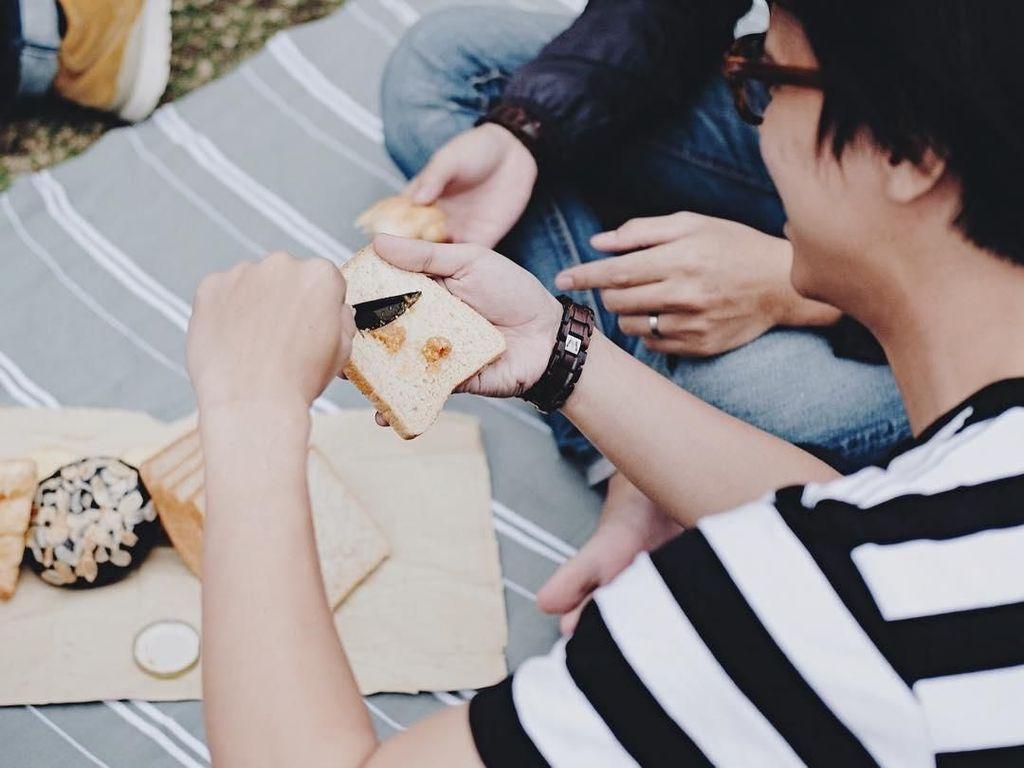 Piknik bareng teman dan keluarga, Bisma memilih menyatap roti dengan selai kacang yang diolesnya sendiri. Selain roti, ada juga roti cokelat yang manis. Foto: Instagram @sibisma