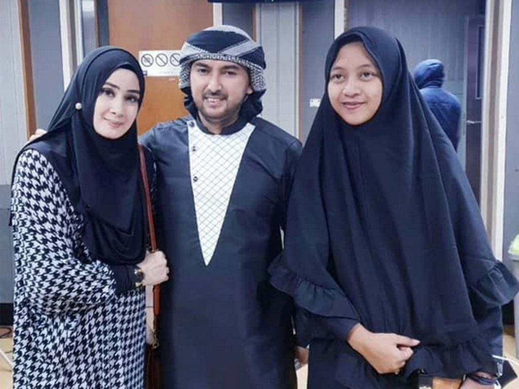 Yuyun Wahyuni (kiri) kini dikenal dengan nama Athiyyatul Haniyyah Foto: (dok. Instagram Athiyyatul_Haniyyah_real)